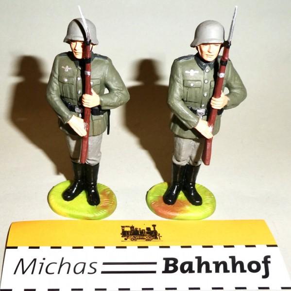 2x Soldaten Gewehr präsentierend Elastolin Kunststoff 8,5cm #5 Hi2 å